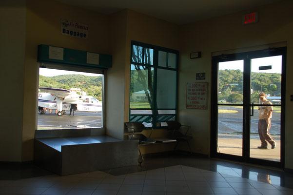 """Der Airport von Culebra.....  links das """"Gepäckband""""....."""