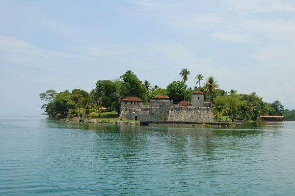 Die Festung Castillo de SanFelippe von ca.1510 am Ausgang des riesigen Lago de Izabal