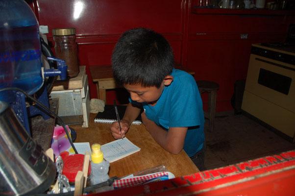 Pedro ist mit 8 Jahren der bislang jüngste Reiseverkehrskaufmann den wir kennen. Er verkaufte uns die Reise zurück bis nach Fronteras im Rio Dulce, mit Umsteigen, alles ohne Probleme !!