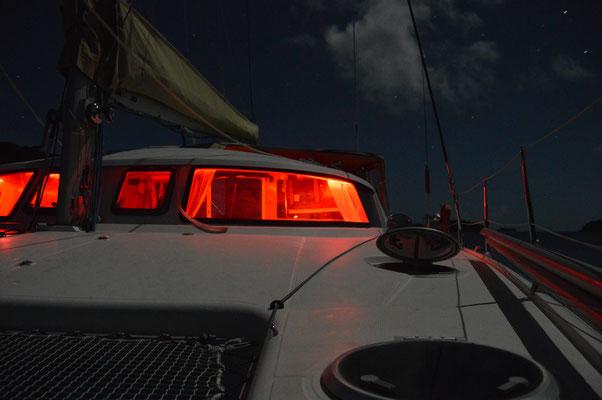 UM 01:00 GEHT ES BEI VOLLMOND UND SLACKWATER  MIT NUR EINEM MOTOR DURCH DEN PASS