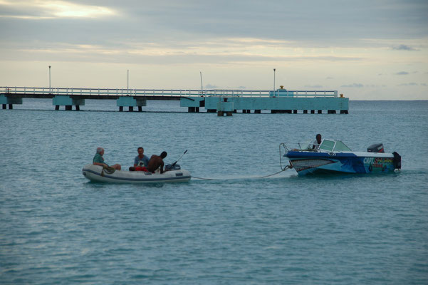 Schön, wenn wir den Locals helfen können, Bootsüberführung in die Nachbarbucht