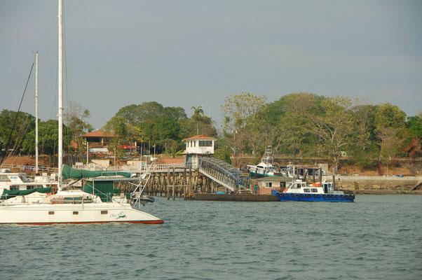 Vor dem Balboa-Yacht-Club.... An Land gehen für 10,- US, mit dem Dinghi kostenfrei