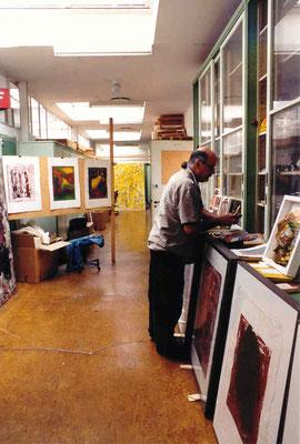 Pedro Meier Multimedia Artist im Atelier – ehemaliges Farblabor der Textilfabrik Gugelmann Roggwil-Wynau Schweiz – total abgebrannt 2001, alles verloren, Foto 1999 Pedro Meier Niederbipp