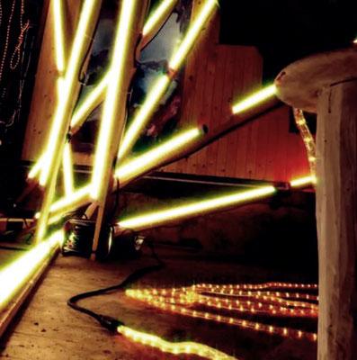 Pedro Meier – Nr. 24 – Lichtkunst – LightArt – Neon/LED – 200 Jahre altes Bauernhaus, Dachstock – Photo © Pedro Meier Multimedia Artist MoMA Bangkok – FLUXUS – DADA – SIKART Zürich – Gerhard Meier Weg Niederbipp Bern bei Solothurn Oberaargau