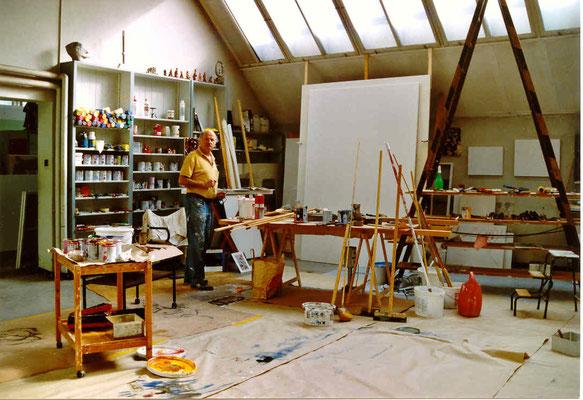 Pedro Meier Multimedia Artist – Fabrik-Atelier, Shedhalle, vor der so genannten ominösen weissen Leinwand – »Work in Progress« – links, oben auf dem Gestell eine Büste: »Gerhard Meier Niederbipp mit >Mary Long< Zigarette« – (Kupfer / Zinn) – 1963 © Meier