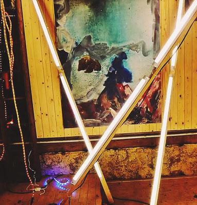 Pedro Meier – Nr. 19 – Lichtkunst – LightArt – Neon/LED – 200 Jahre altes Bauernhaus, Dachstock – Photo © Pedro Meier Multimedia Artist MoMA Bangkok – FLUXUS – DADA – SIKART Zürich – Gerhard Meier Weg Niederbipp Bern bei Solothurn Oberaargau