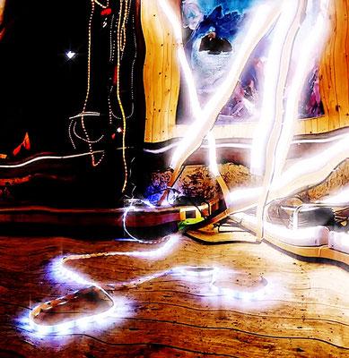 Pedro Meier – Nr. 25 – Lichtkunst – LightArt – Neon/LED – 200 Jahre altes Bauernhaus, Dachstock – Photo © Pedro Meier Multimedia Artist MoMA Bangkok – FLUXUS – DADA – SIKART Zürich – Gerhard Meier Weg Niederbipp Bern bei Solothurn Oberaargau