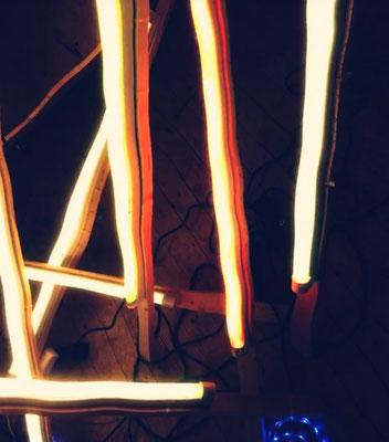 Pedro Meier – Nr. 21 – Lichtkunst – LightArt – Neon/LED – 200 Jahre altes Bauernhaus, Dachstock – Photo © Pedro Meier Multimedia Artist MoMA Bangkok – FLUXUS – DADA – SIKART Zürich – Gerhard Meier Weg Niederbipp Bern bei Solothurn Oberaargau