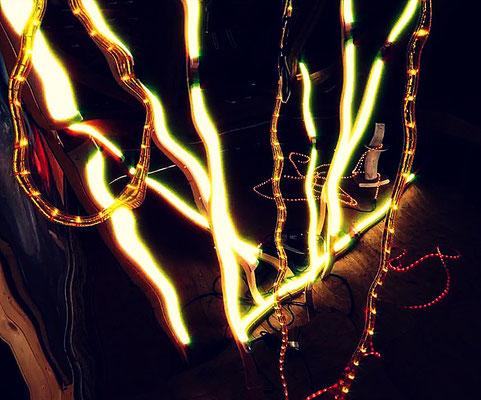 Pedro Meier – Nr. 26 – Lichtkunst – LightArt – Neon/LED – 200 Jahre altes Bauernhaus, Dachstock – Photo © Pedro Meier Multimedia Artist MoMA Bangkok – FLUXUS – DADA – SIKART Zürich – Gerhard Meier Weg Niederbipp Bern bei Solothurn Oberaargau