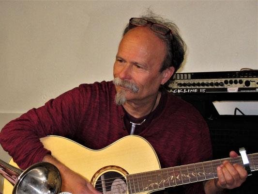Chris Aigner: Gitarre und musikalischer Leiter