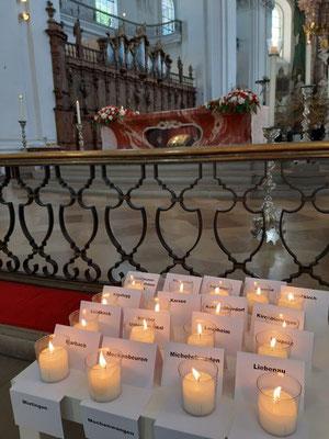 Vor dem Heiligen Blut in Weingarten brannte am Blutfreitag für jede Blutreitergruppe eine Kerze.
