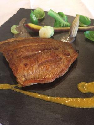 真鯛のポワレ カレーとキノコのソース添え