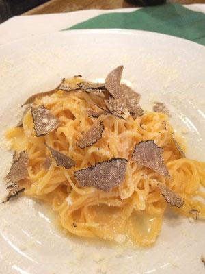 手打ち麺タリオリーニのアルバ産黒トリュフかけ