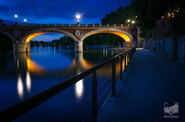 08 - Il ponte Isabella e la Mole Antonelliana all'ora blu