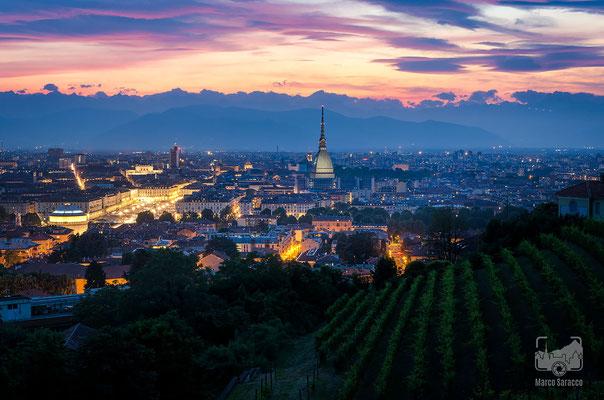 15 - Panorama dalla collina sulla città al tramonto