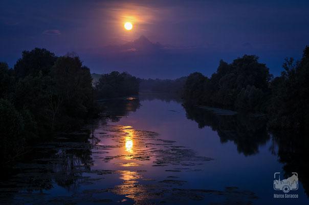 08 - Il Monviso e la luna riflessi nel Po