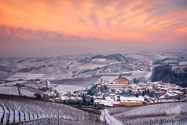 12 - Barolo e le colline innevate al tramonto