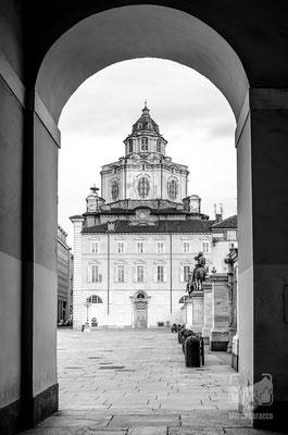 02 - La Chiesa di San Lorenzo vista da Piazza Castello