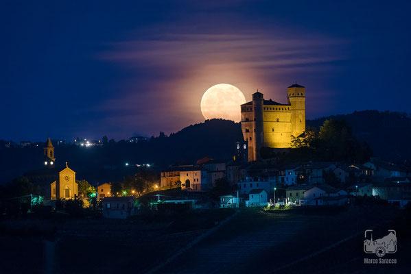 11 - La luna sorge alle spalle del Castello di Serralunga d'Alba