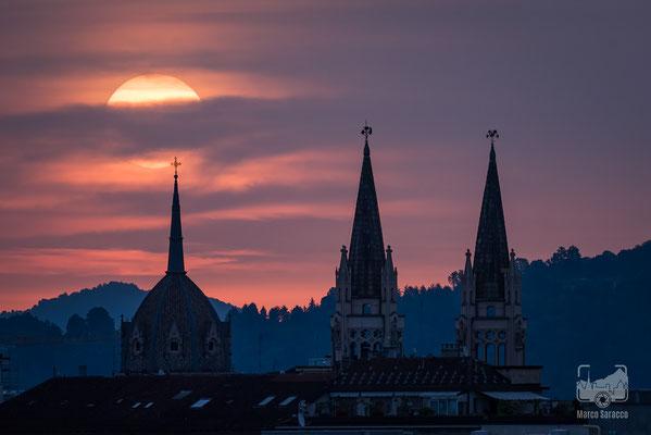 47 - Il sole sorge dalla collina dietro le guglie della Chiesa del Sacro Cuore di Maria (San Salvario)