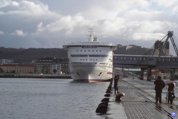 Pont Aven au Quai de France à Cherbourg. L'ancien hôtel Atlantique à gauche et le Fort du Roule en haut à droite. (© lebateaublog 2012)