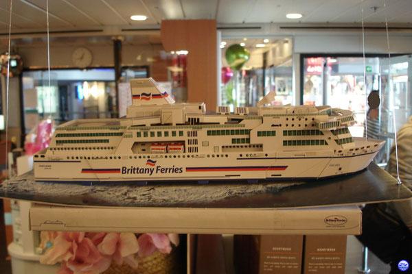 """Bretagne Pont 7 - La maquette en carton du Pont Aven dans la """"grande"""" boutique. (© lebateaublog 2012)"""