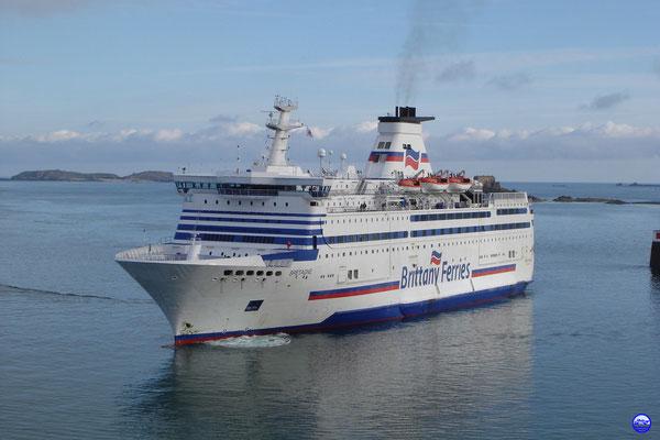 Bretagne vient chercher le Capitaine à Saint Malo (© lebateaublog 2012)