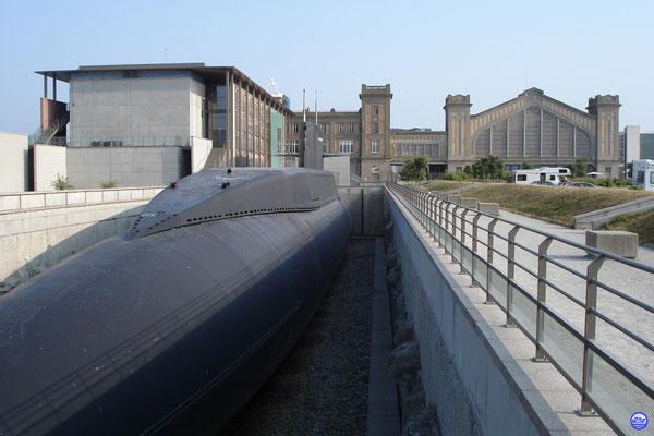Le Redoutable et la Cité de la Mer (© lebateaublog 2006)