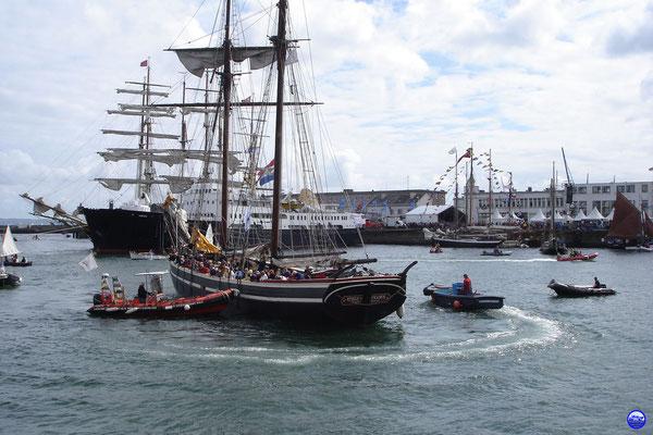 L'Etoile de France rentre d'une virée en rade de Brest (© lebateaublog 2012)