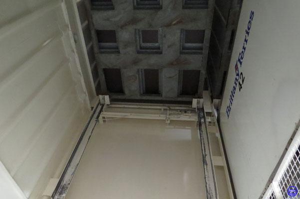 Ici 3 conteneurs, 2 gris et 1 blanc frigorifique.