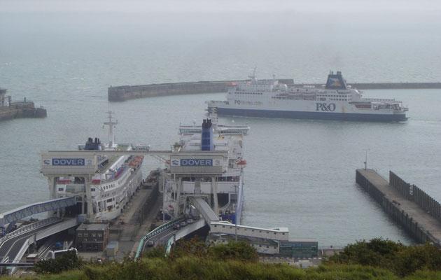 Pride of Burgundy à la proue du Delft Seaways et du Pride of Calais à Douvres. (© lebateaublog 2011)