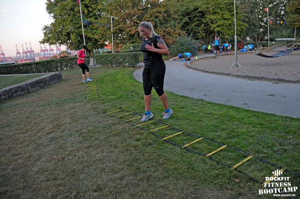 HIIT Lauftraining triathlon ironman Firmenfitness dockfit altona fitness Personal-Trainer bootcamp hamburg training fitnessexperten hamburg dockland battle ropes outdoor training Burpees  abnehmen Gewichtsreduktion outdoor Altonaer-Balkon Sixpack