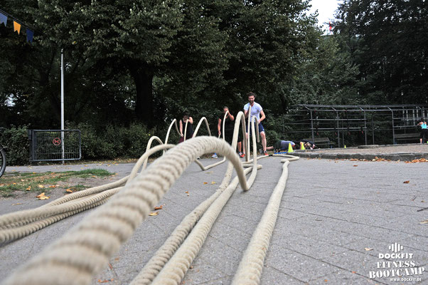 battle ropes dockfit altona fitness Personal-Trainer bootcamp hamburg training fitnessexperten hamburg dockland  outdoor training Burpees overhead  2017 abnehmen Gewichtsreduktion regen trx Schlingentraining