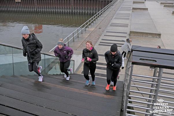 dockfit altona fitness Personal-Trainer bootcamp hamburg training fitnessexperten hamburg dockland battle ropes outdoor training Burpees overhead  2017 abnehmen Gewichtsreduktion regen krabbendips