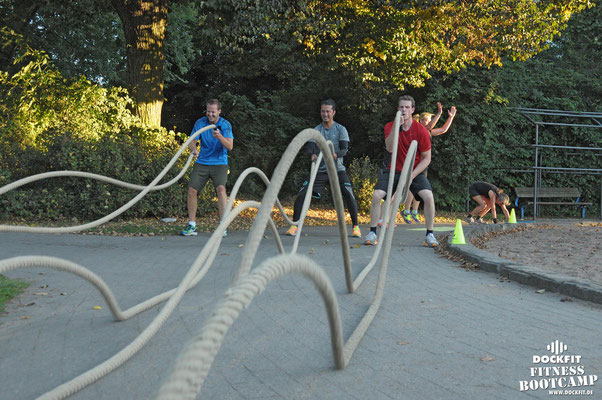 dockfit altona fitness Personal-Trainer bootcamp hamburg training fitnessexperten hamburg dockland battle ropes outdoor training Hindernisse goldenes Licht