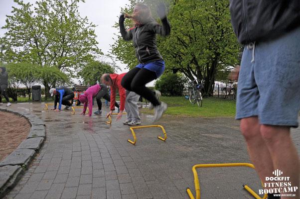 dockfit altona fitness Personal-Trainer bootcamp hamburg training fitnessexperten hamburg dockland battle ropes outdoor training Burpees overhead  2017 abnehmen Gewichtsreduktion outdoor regen