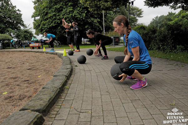 dockfit altona fitness bootcamp hamburg training fitnessexperten hamburg dockland battle ropes outdoor training sommersonnenwende