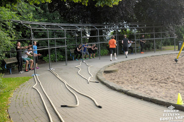dockfit altona fitness bootcamp hamburg training fitnessexperten hamburg dockland battle ropes outdoor training sonne