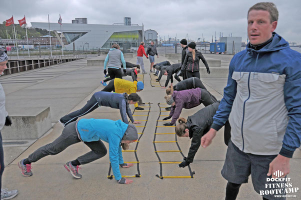 dockfit altona fitness Personal-Trainer bootcamp hamburg training fitnessexperten hamburg dockland battle ropes outdoor training Burpees overhead  2017 abnehmen Gewichtsreduktion agility