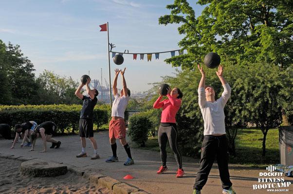 dockfit altona fitness Personal-Trainer bootcamp hamburg training fitnessexperten hamburg dockland battle ropes outdoor training Burpees overhead  2017 abnehmen Gewichtsreduktion outdoor Montag Mittwoch Altonaer-Balkon Sixpack