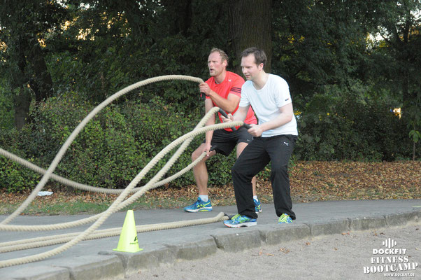 dockfit altona fitness Personal-Trainer bootcamp hamburg training fitnessexperten hamburg dockland battle ropes outdoor training Hindernisse dunkel