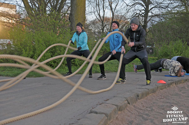dockfit altona fitness Personal-Trainer bootcamp hamburg training fitnessexperten hamburg dockland battle ropes outdoor training Burpees overhead  2017 bakfiets
