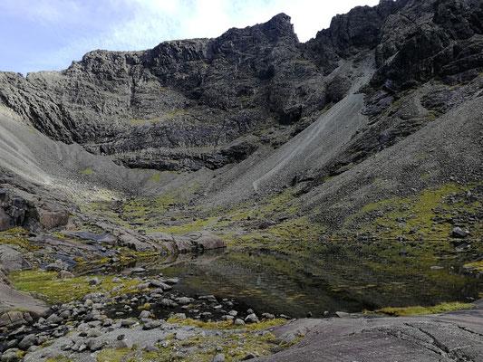 Lochan Coir Lagan, im Hintergrund Sgurr Mhic Choinnich