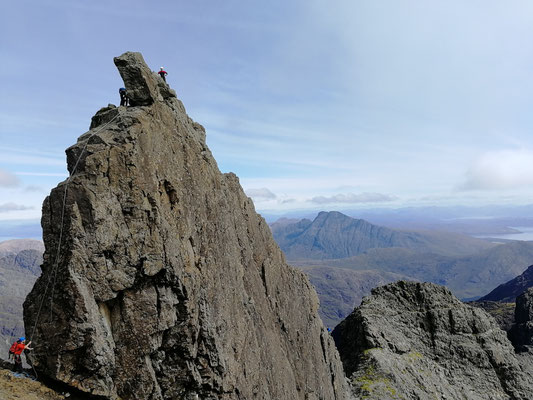 The In Pin, weit im Hintergrund der gespaltene Gipfel des Bla Bheinn (Blaven): 5. September
