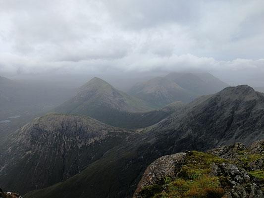 Gipfelblick auf wolkenverhangene Cuillins