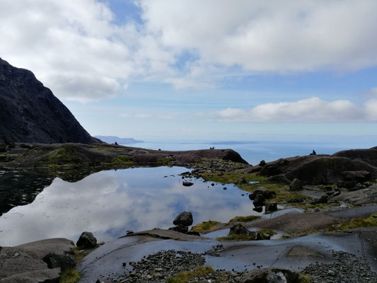 Lochan Coir Lagan, die kleinen Punkte auf der felsigen Seegrenze sind Wanderer