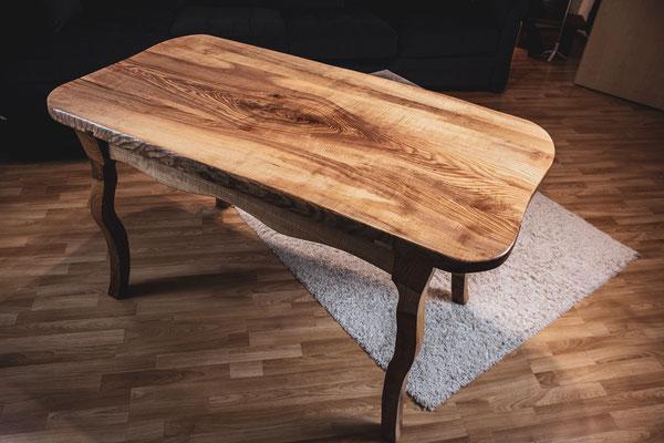Esstisch aus Eschenholz im gemütlichen Wohnzimmer.