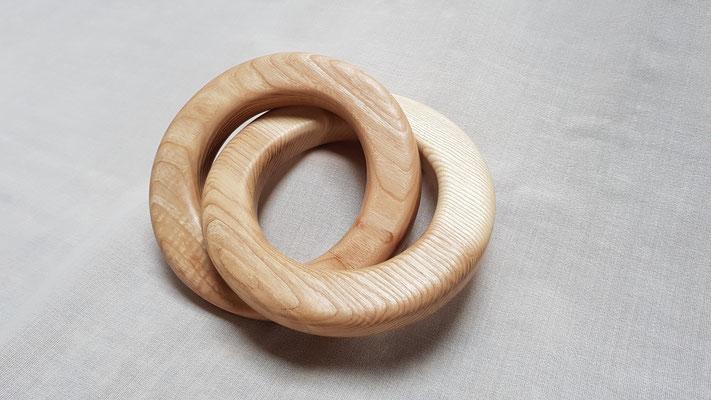 Holzringe mit etwa 16 cm Durchmesser. Das ideale Geschenk zur Hochzeit, zum Jubiläum oder zu weiteren besonderen Anlässen.