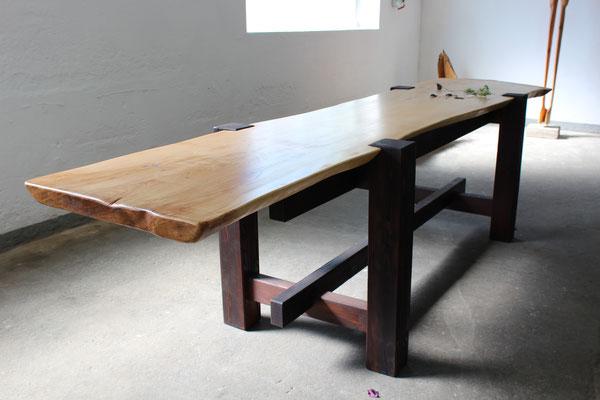 Großer Tisch. Designerobjekt für hohe Ansprüche und architektonische Aufwertung.