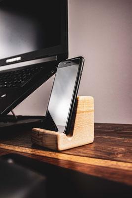 Smartphone Ständer aus Eschenholz - 39,90 € zzgl. Versand